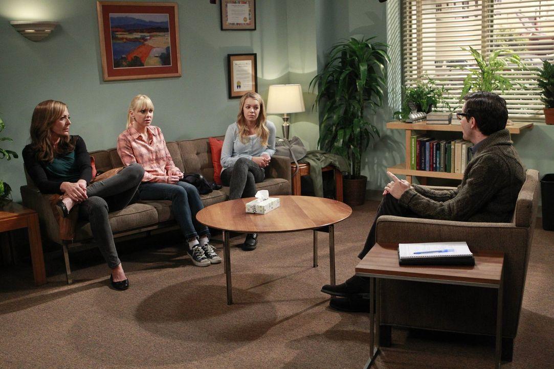 Um der Frustration von Violet (Sadie Calvano, 2.v.r.) auf den Grund zu gehen, schleifen Christy (Anna Faris, 2.v.l.) und Bonnie (Allison Janney, l.)... - Bildquelle: Warner Bros. Television