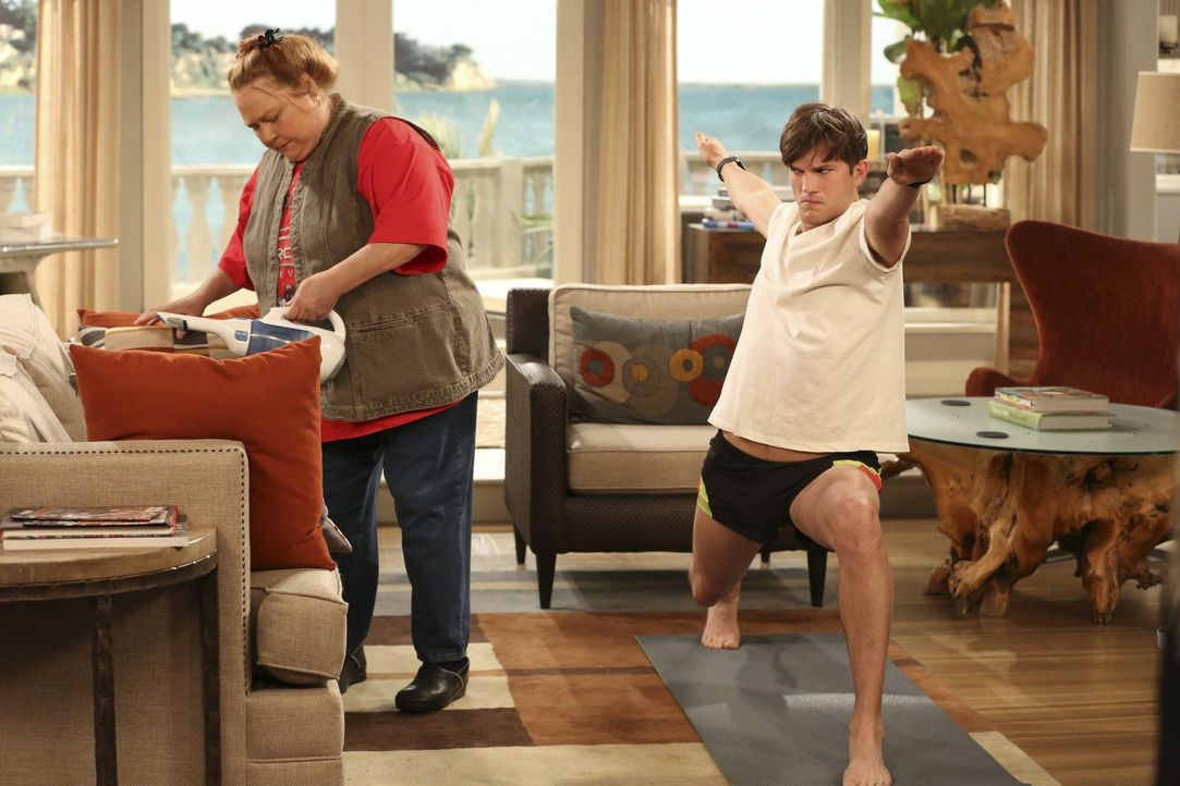 Walden (Ashton Kutcher, r.) möchte nichts lieber als seine Ruhe beim Yoga - doch er hat nicht mit Berta (Conchata Ferrell, l.) gerechnet ... - Bildquelle: Warner Brothers