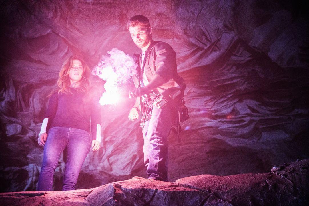 Noch ahnen weder Julia (Rachelle LeFevre, l.) noch Barbie (Mike Vogel, r.), was sie in den Tiefen des Tunnels entdecken werden ... - Bildquelle: 2014 CBS Broadcasting Inc. All Rights Reserved.