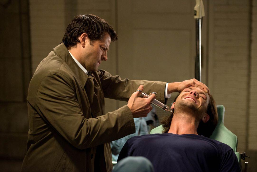 Castiel (Misha Collins, l.) entdeckt in den Unterlagen der Männer eine Methode, mit der man angeblich einen Engel aufspüren kann. Doch dafür braucht... - Bildquelle: 2013 Warner Brothers