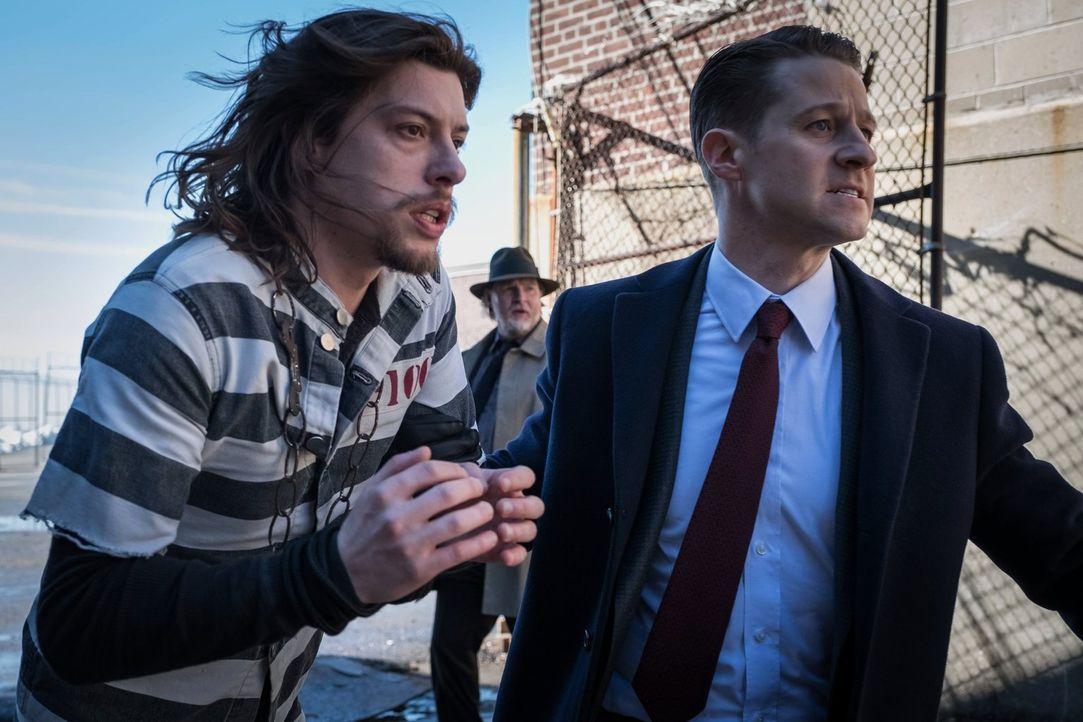 Können Gordon (Ben McKenzie, r.) und Bullock (Donal Logue, M.) mit Tetch (Benedict Samuel, l.) endlich auf ein Heilmittel für das Virus rechnen? - Bildquelle: Warner Brothers