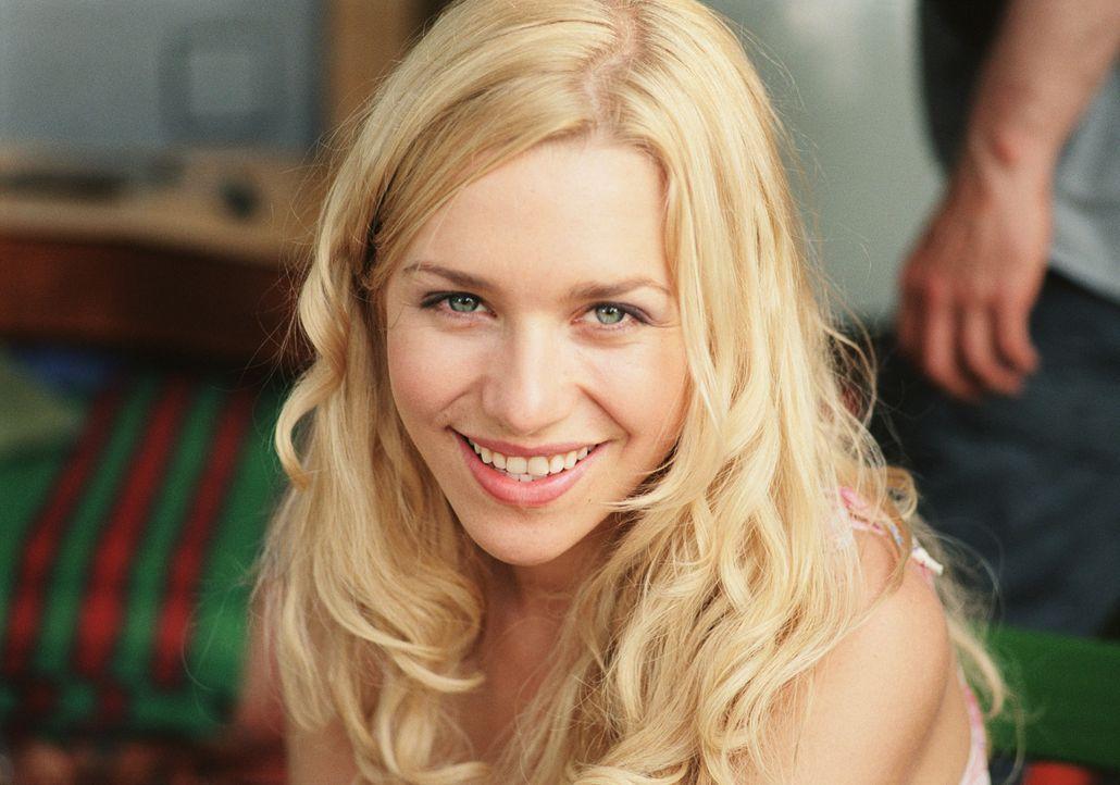 Als Denise (Julia Dietze) erneut ihre Chemieklausur vermasselt, sucht sie einen Nachhilfelehrer. Da fällt ihre Wahl auf den schüchternen Thomas ... - Bildquelle: Lucia Fuster ProSieben
