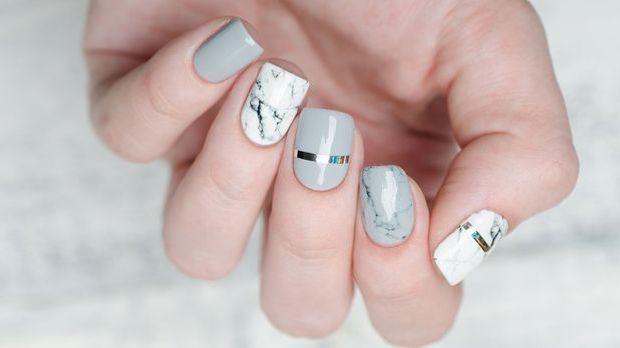 Step by Step Anleitung für die trendigen Mamor-Nägel