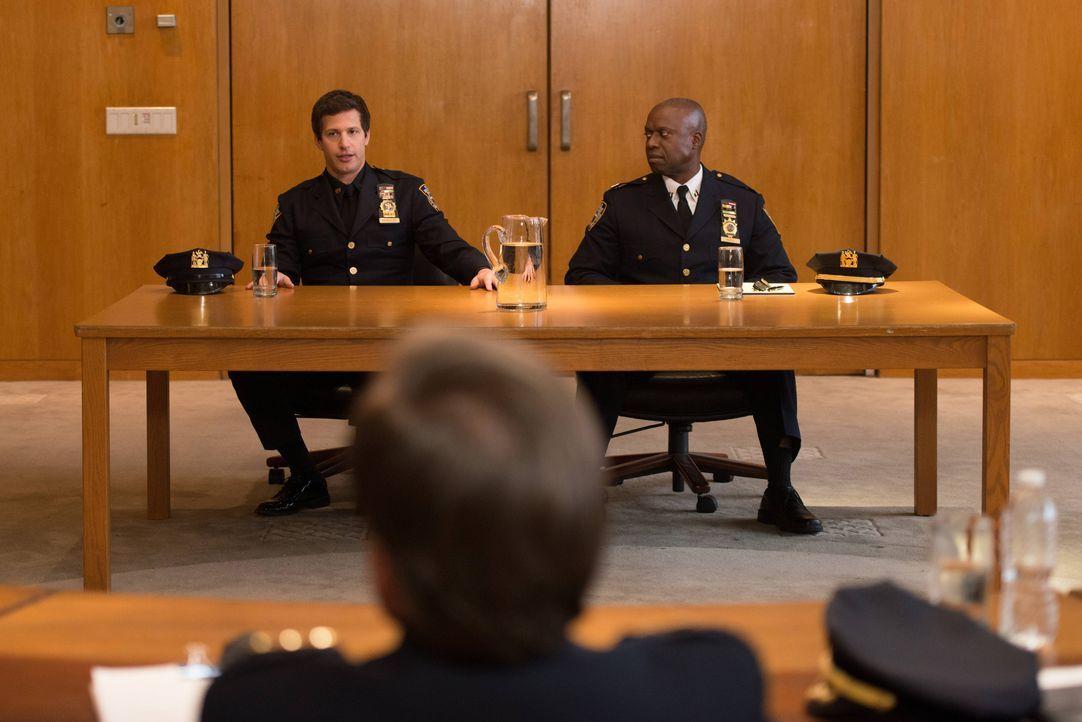 Jake Peralta (Andy Samberg, l.); Captain Ray Holt (Andre Baugher, r.) - Bildquelle: Eddy Chen 2013 NBC Studios LLC. All Rights Reserved. / Eddy Chen