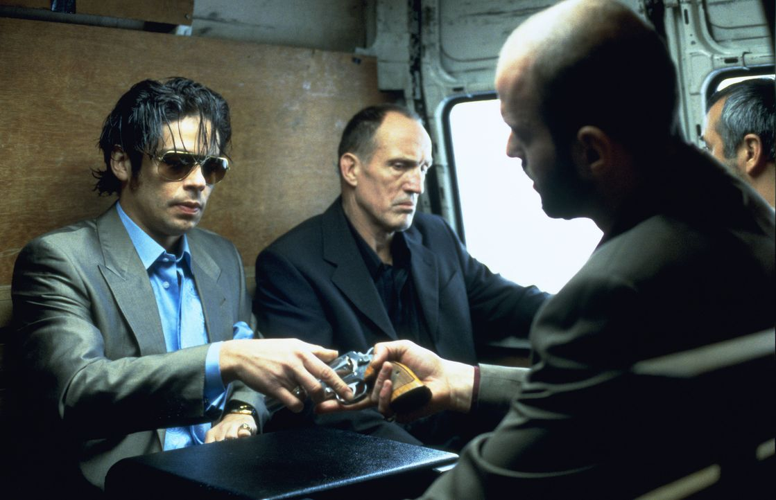 Bereits nach kurzer Zeit erkennt Waffendealer Boris (Rade Serbedzija, r.), dass der grandiose Edelsteindieb Franky Four Fingers (Benicio Del Toro, l... - Bildquelle: 2003 Sony Pictures Television International. All Rights Reserved.