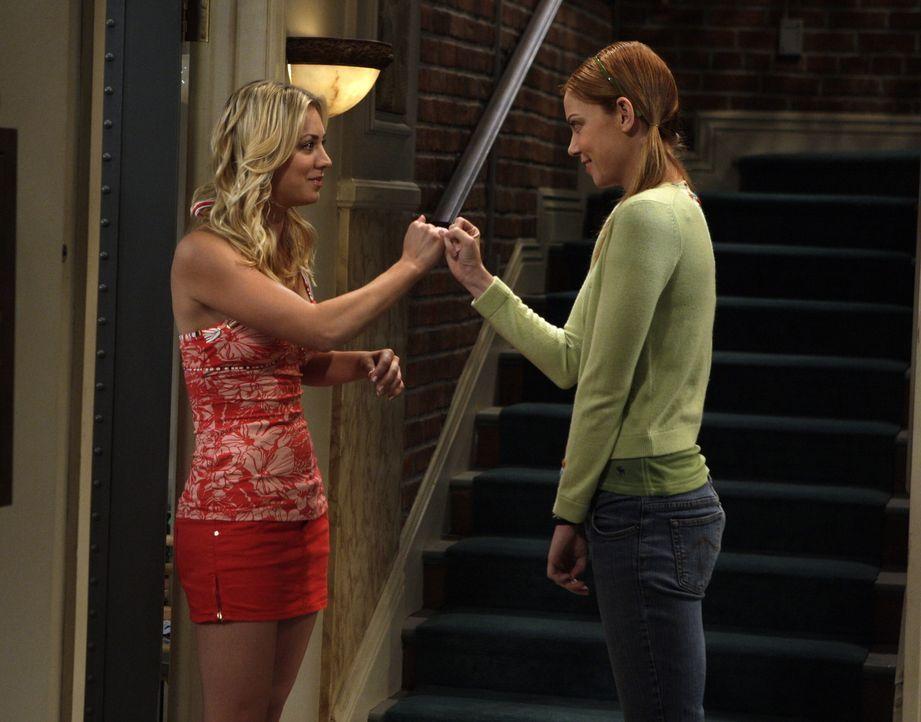Ramona (Riki Lindhome, r.), die die Führung von Sheldons Leben bereits übernommen hat, sieht in Penny (Kaley Cuoco, l.) eine Rivalin und fürchtet... - Bildquelle: Warner Bros. Television