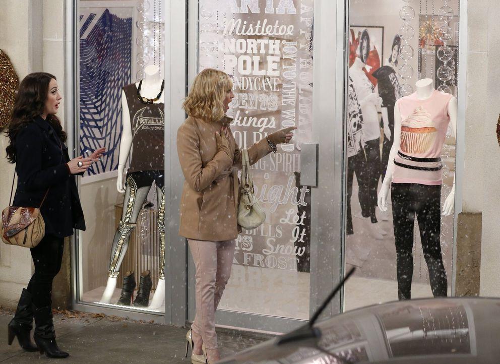 Max (Kat Dennings, l.) und Caroline (Beth Behrs, r.) fühlen sich am Ziel ihrer Träume, als ihr Cupcake T-Shirt in einer bekannten Boutique verkauft... - Bildquelle: Warner Bros. Television