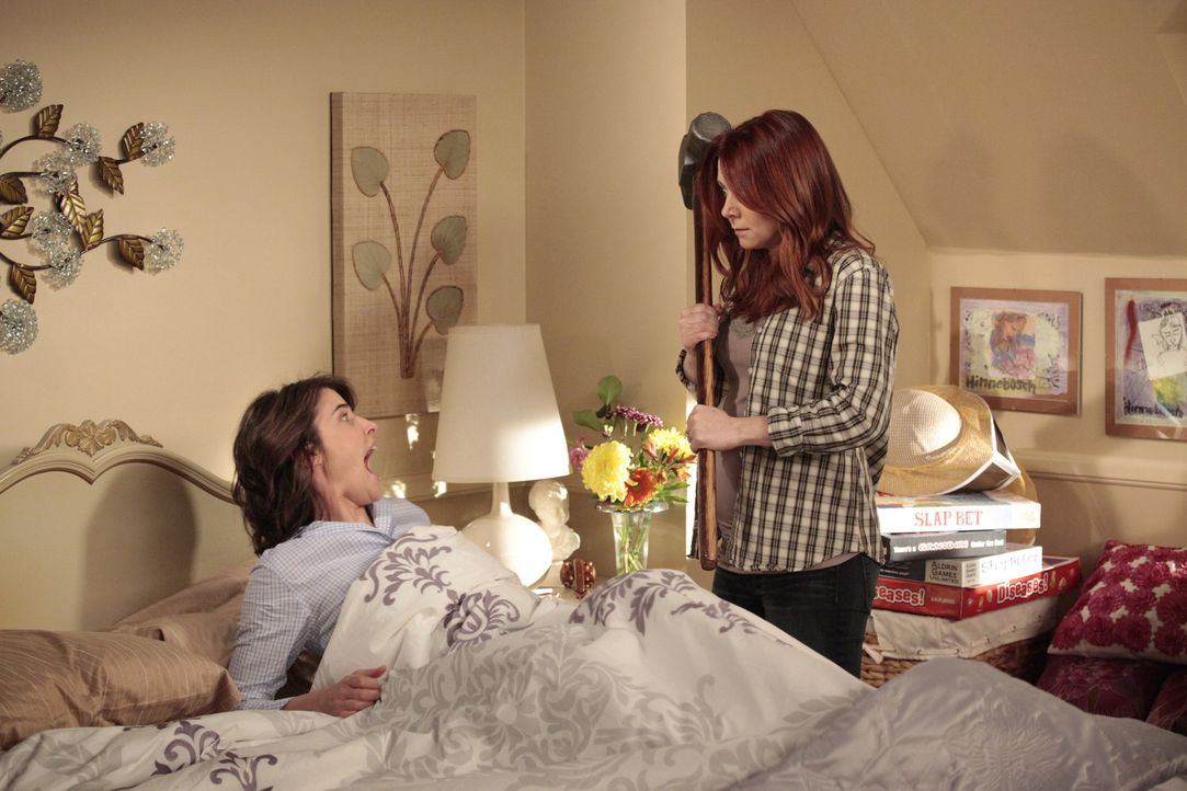 Was hat Lily (Alyson Hannigan, r.) nur mit  Robin (Cobie Smulders, l.) vor? - Bildquelle: 20th Century Fox International Television