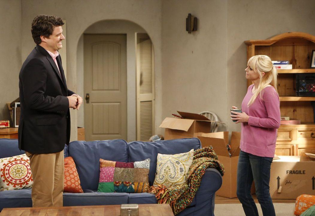 Nachdem Baxters (Matt Jones, l.) reiche Freundin ihm einen Job - und dazu eine neue Garderobe - verschafft hat, ist er nun bei ihr eingezogen. Chris... - Bildquelle: Warner Bros. Television