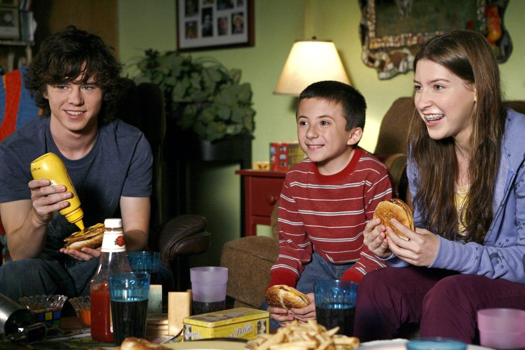 Ein romantisches Date wartet auf Frankie und Mike. Doch machen Brick (Atticus Shaffer, M.), Sue (Eden Sher, r.) und Axl (Charlie McDermott, l.) ihre... - Bildquelle: Warner Brothers