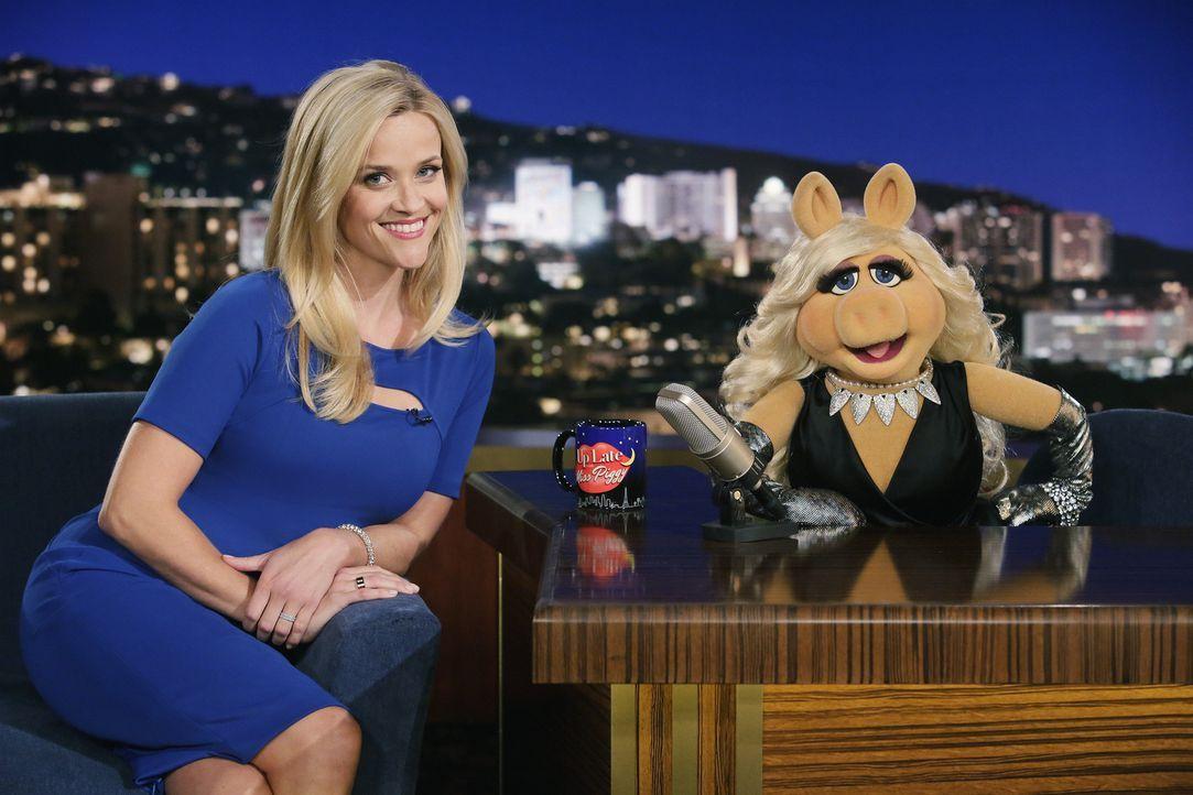 """Seit Reese Witherspoon (l.) die weibliche Hauptrolle in """"Walk the Line"""" Miss Piggy (r.) vor der Nase weggeschnappt hat, herrscht dicke Luft zwischen... - Bildquelle: Nicole Wilder ABC Studios"""