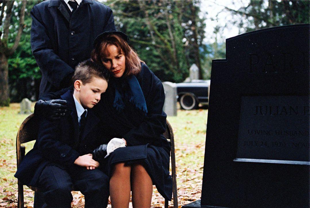 Jean Parker (Barbara Hershey, r.) und ihr Sohn Alan (Jackson Warris, l.) haben den Tod des Ehemannes und Vaters nie überwunden. 20 Jahre später ge... - Bildquelle: ApolloMedia