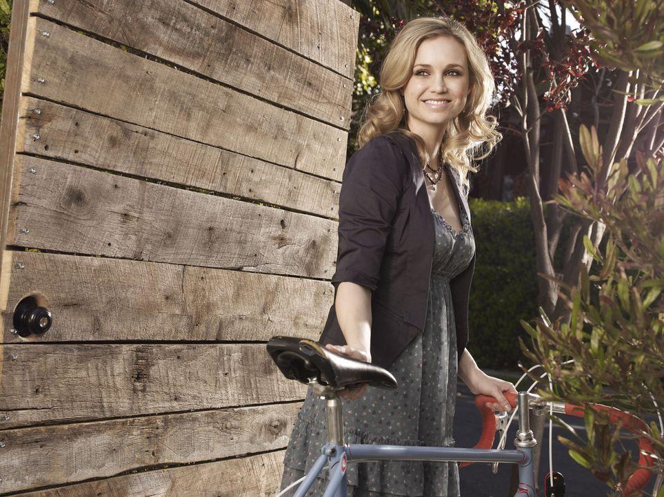 (1. Staffel) - Die hübsche Jenna (Fiona Gubelmann) arbeitet als Produzentin für einen lokalen Nachrichtensender. - Bildquelle: 2011 FX Networks, LLC. All rights reserved.