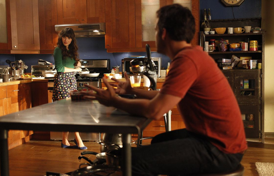 Während Schmidt alles versucht um bei Cece landen zu können, ist sich diese sicher, dass Nick (Jake M. Johnson, r.) mehr in Jess (Zooey Deschanel,... - Bildquelle: 20th Century Fox