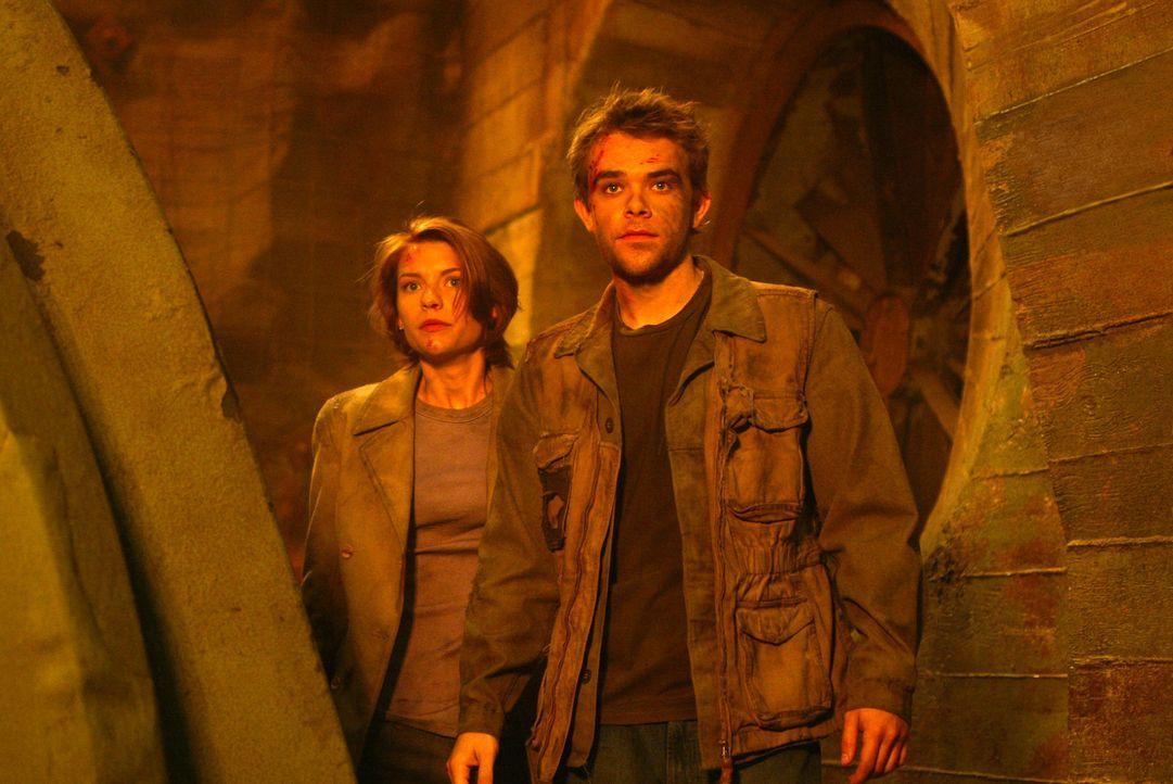 Nicht nur John Connor (Nick Stahl, r.), sondern auch Tierärztin Kate Brewster (Claire Danes, l.) wird zur Zielscheibe von T-X ... - Bildquelle: 2004 Sony Pictures Television International. All Rights Reserved.