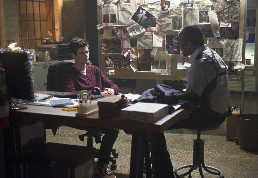 Barry (Grant Gustin, l.) ist frustriert, dass sein größter Feind, der Mann im gelben Anzug, Reverse Flash, nach ihrer Konfrontation fliehen kann. Do... - Bildquelle: Warner Brothers.