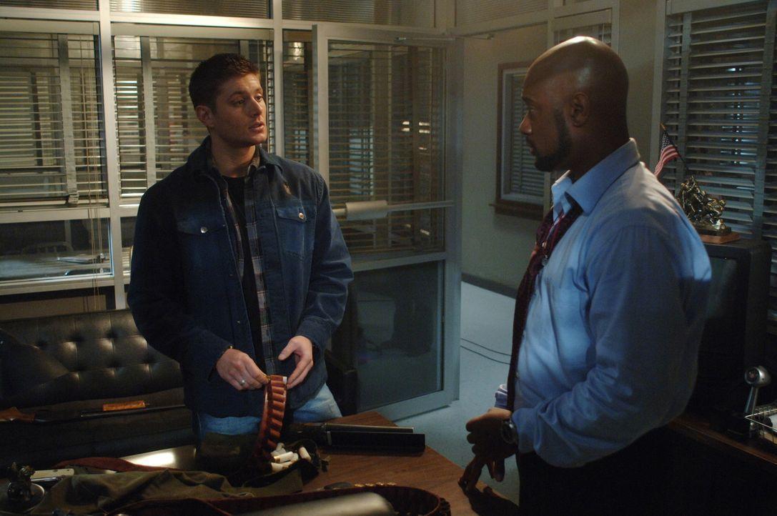 Nach und nach gelingt es Sam und Dean (Jensen Ackles, l.) Henricksen (Charles Malik Whitfield, r.) zu exorzieren und der FBI-Agent merkt, dass sie d... - Bildquelle: Warner Bros. Television