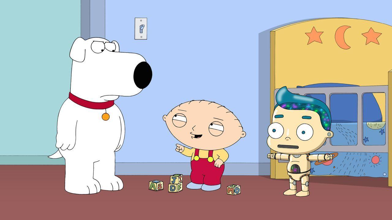 Nachdem Stewie (M.) Brian (l.) die Freundschaft gekündigt hat, baut er sich einen Roboter (r.) als neuen Freund - mit nicht geahnten Folgen ... - Bildquelle: 2015-2016 Fox and its related entities. All rights reserved.