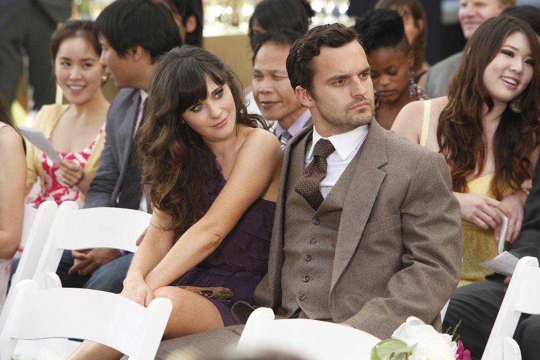 Da Nick (Jake M. Johnson, r.) Angst davor hat, auf der Hochzeit eines Freundes seine Ex-Freundin zu treffen, bittet er Jess (Zooey Deschanel, l.), i... - Bildquelle: 20th Century Fox