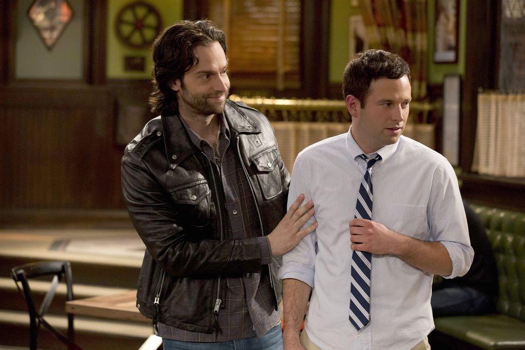 Schafft es Danny (Chris D'Elia, l.), Justin (Brent Morin, r.) zu verzeihen, nachdem dieser mit seiner Schwester geschlafen hat? - Bildquelle: Warner Brothers