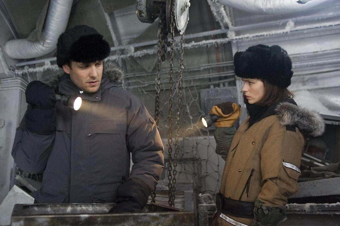Unter äußerst schwierigen Bedingungen versuchen Robert Pryce (Gabriel Macht, l.) und Carrie Stetko (Kate Beckinsale, r.) herauszufinden, wer für... - Bildquelle: Warner Bros.