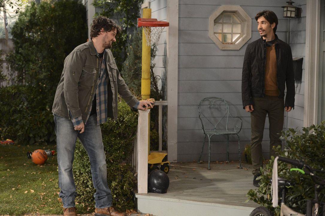 Obwohl seine Beziehung mit Christy lange zurückliegt, kann Baxter (Matt Jones, l.) seine Eifersucht nicht verbergen, als er überraschend auf ihren n... - Bildquelle: Warner Brothers Entertainment Inc.