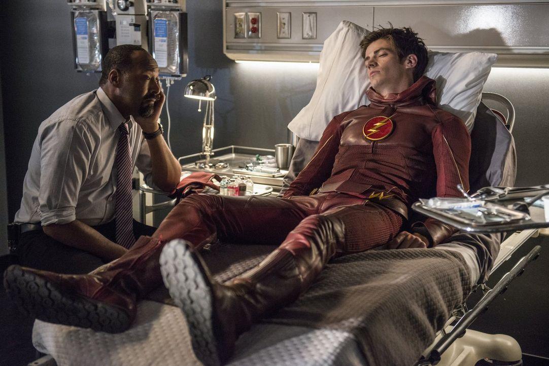 Joe (Jesse L. Martin, l.) macht Barry alias The Flash (Grant Gustin, r.) klar, dass er nicht alleine kämpfen muss - gegen das Böse und mit seinen Sc... - Bildquelle: 2015 Warner Brothers.