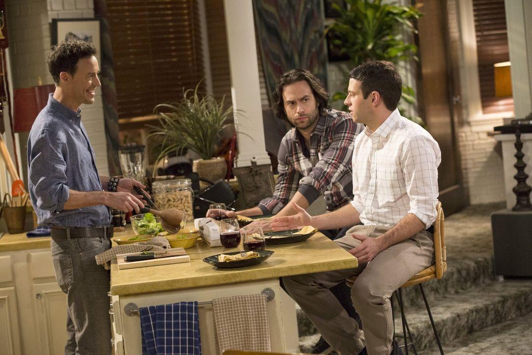 Das gemeinsame Abendessen mit Danny (Chris D'Elia, M.) wird für Justin (Brent Morin, r.) und Frank (Tom Cavanagh, l.) zum Desaster ... - Bildquelle: Warner Brothers