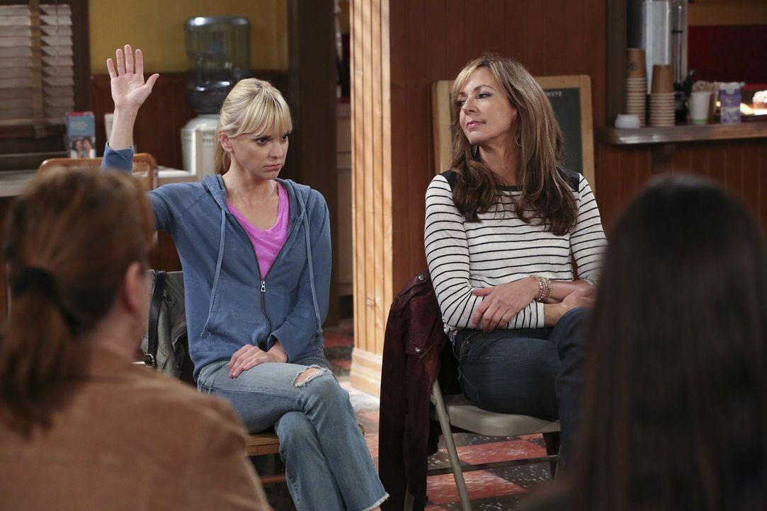 Um ihre Familie wieder zu vereinen, haben Bonnie (Allison Janney, r.) und Christy (Anna Faris, l.) eine ganz besondere Idee ... - Bildquelle: Warner Bros. Television