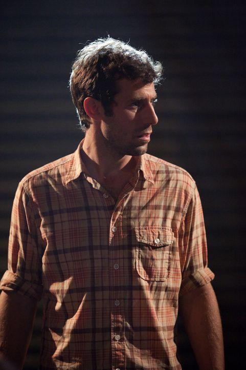 Henry (Josh Cooke) ist einer der wenigen, der noch nicht vom extrem ansteckenden Virus infiziert wurde. Hat er eine Überlebenschance? - Bildquelle: 2011 Destination Films Distribution Company, Inc. All Rights Reserved.