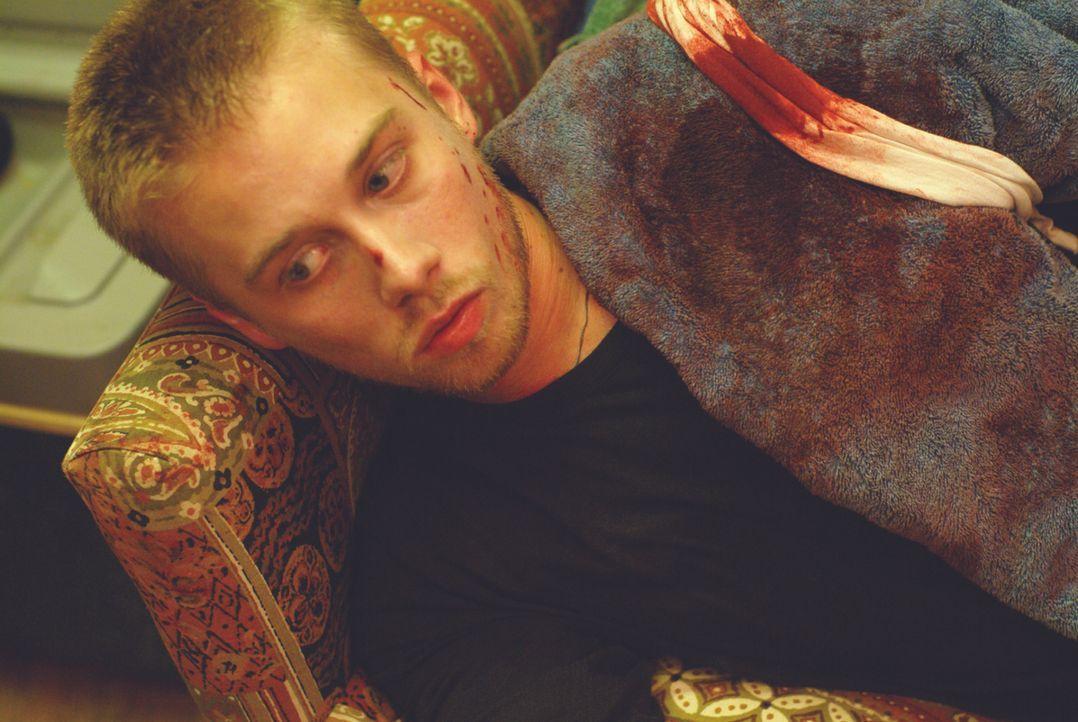 Der bei dem Überfall auf die Tankstelle schwerverletzte Kevin (Lou Taylor Pucci) kann sich nicht im Krankenhaus behandeln lassen, da sonst alles auf... - Bildquelle: Ascot Elite Entertainment Group