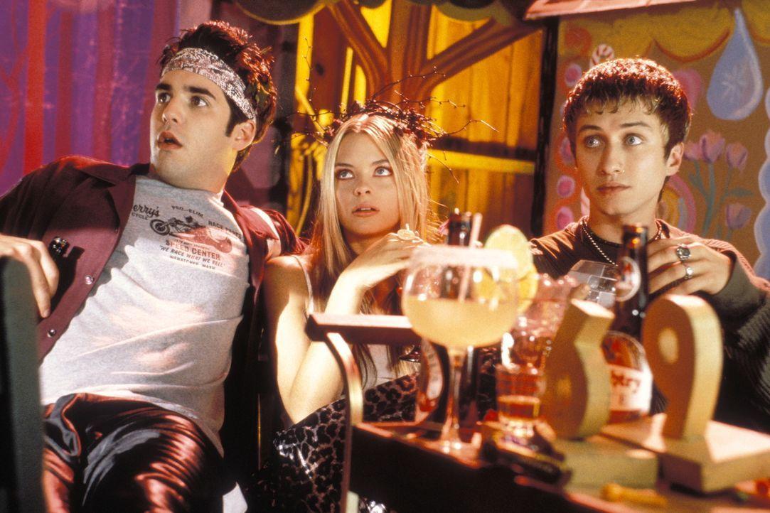 Den Feierabend haben sie sich redlich verdient! Nachdem Adam (Jordan Bridges, l.), Pixel (Jaime King, M.) und Jasper (Keram Malicki-Sanchez, r.) den... - Bildquelle: Warner Brothers