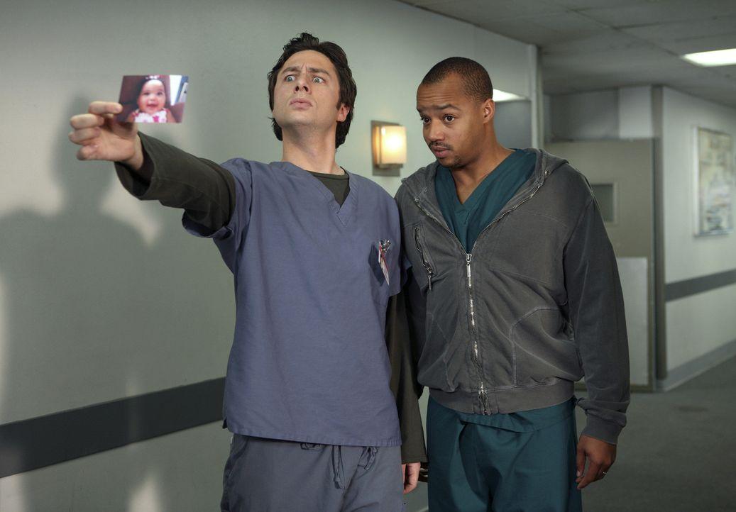 Während J.D. (Zach Braff, l.) um die Aufmerksamkeit von Elliott kämpft, ist Turk (Donald Faison, r.) sauer, da ihm Dr. Cox nicht genügend Beachtu... - Bildquelle: Touchstone Television