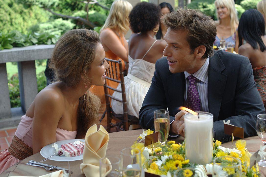 Lernen sich zufällig auf einer Hochzeit kennen und lieben: Cam (Jessica Alba, l.) und Charlie (Dane Cook, r.) ... - Bildquelle: 2007 Lions Gate Films, Inc. All Rights Reserved.