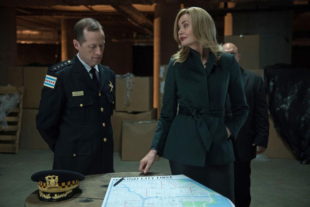 Nachdem Polizeipräsident Jaffey (Tim Hopper, l.) erkannt hat, wer Angela (Geena Davis, r.) wirklich ist, bringt er sie zu seinen Freunden, nicht ahn... - Bildquelle: 2016 Fox and its related entities.  All rights reserved.