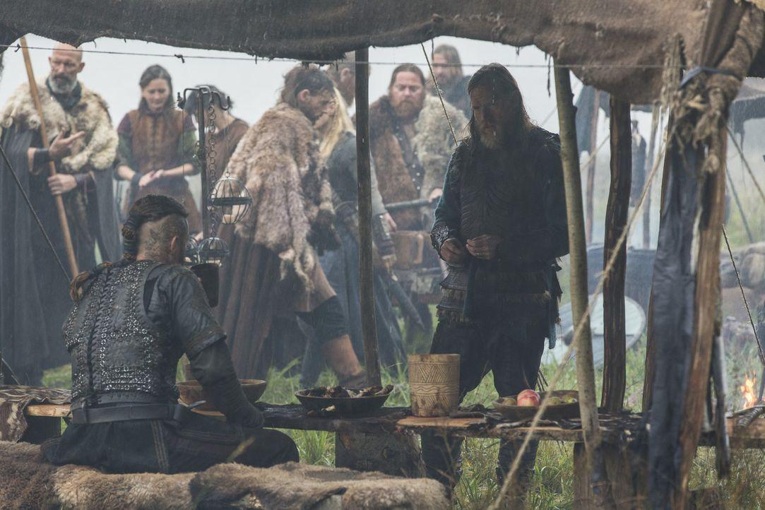 Wie wird es zwischen Ragnar (Travis Fimmel, l.) und König Horik (Donal Logue, r.) weitergehen? - Bildquelle: 2014 TM TELEVISION PRODUCTIONS LIMITED/T5 VIKINGS PRODUCTIONS INC. ALL RIGHTS RESERVED.