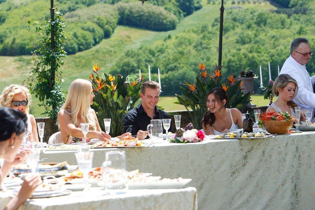 """Am Abend steigt eine ausgelassene """"La Dolce Vita-Party"""" in der Finca, an der auch Paul (M.) viel Spaß hat ... - Bildquelle: Richard Hübner ProSieben"""