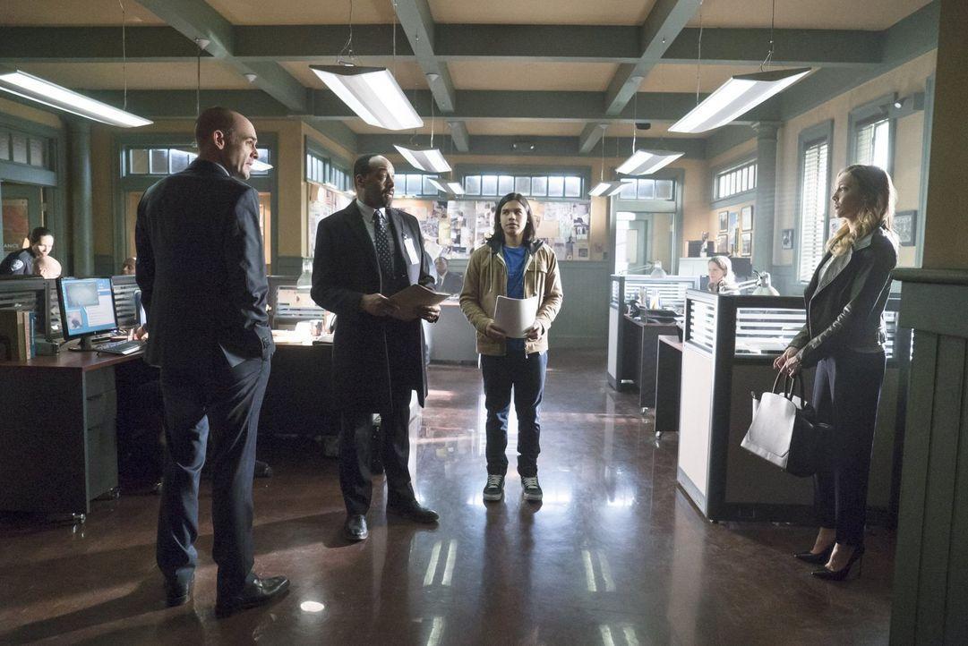 Joe (Jesse L. Martin, 2.v.l.) und Cisco (Carlos Valdes, 2.v.r.) wollen endlich herausfinden, wer Dr. Wells wirklich ist, aber können Captain Lance (... - Bildquelle: Warner Brothers.