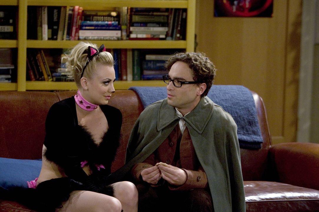 Auf der Halloween-Party versucht Leonard (Johnny Galecki, r.) Pennys (Kaley Cuoco, l.) Exfreund die Stirn zu bieten ... - Bildquelle: Warner Bros. Television
