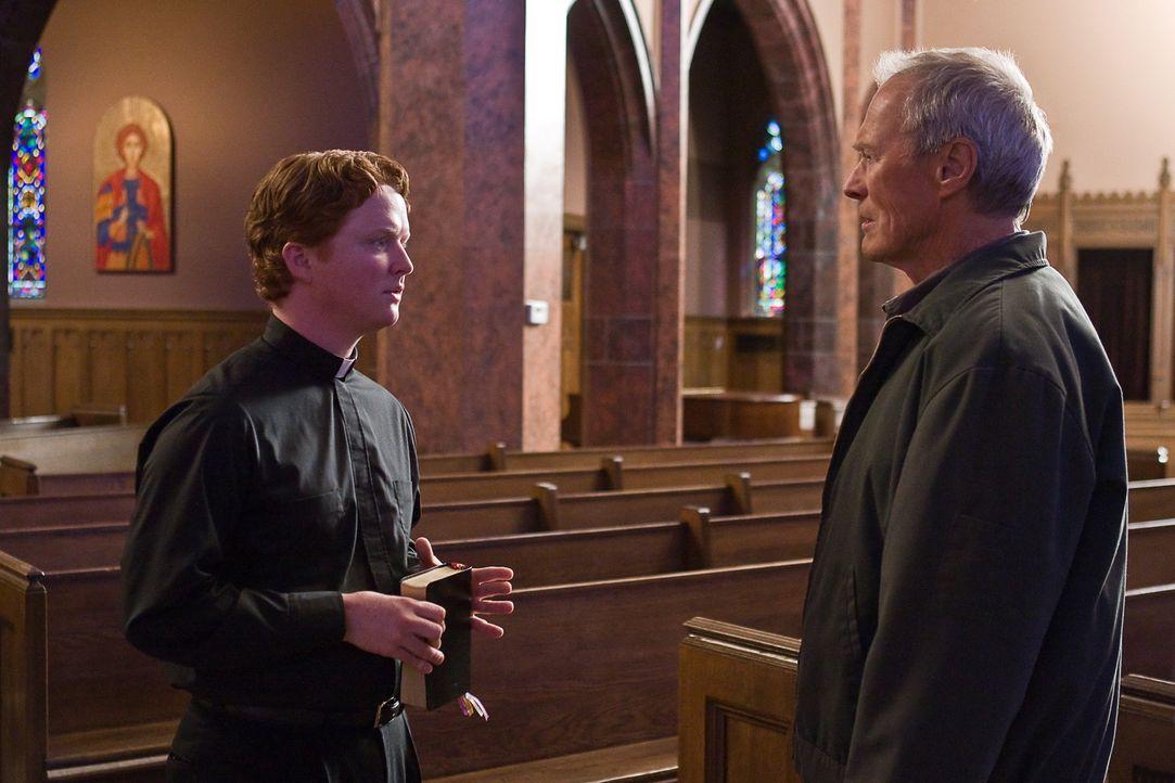 Nach dem Tod von Walt Kowalskis (Clint Eastwood, r.) Ehefrau will sich Vater Janovich (Christopher Carley, l.) um den alten Grantler kümmern. Doch... - Bildquelle: Warner Bros