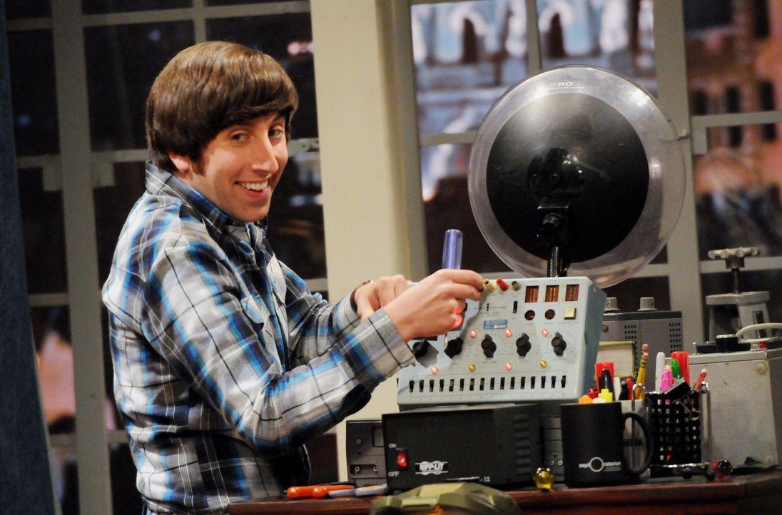 Howard (Simon Helberg) versucht mit einem Hochtonfrequenz-Generator Sheldon zu helfen, einen Vogle zu verscheuen - doch werden sie Erfolg haben? - Bildquelle: Warner Bros. Television