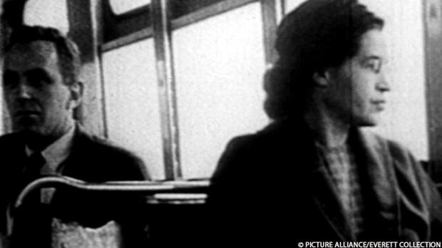 Rosa Parks sitzt 1955 in einem Bus.