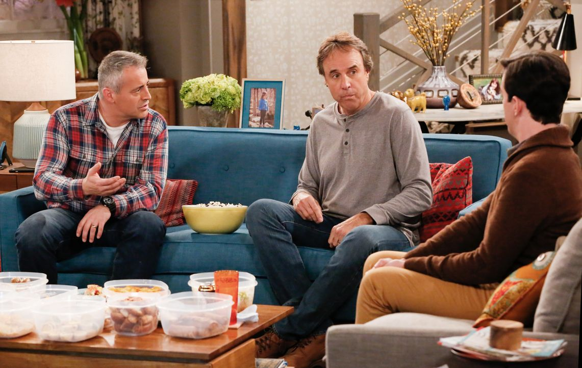Als Adam (Matt LeBlanc, l.) von Andi dazu gezwungen wird, Zeit mit Lowell (Matt Cook, r.) zu verbringen, fühlt sich Don (Kevin Nealon, M.) ausgeschl... - Bildquelle: Robert Voets 2016 CBS Broadcasting, Inc. All Rights Reserved / Robert Voets