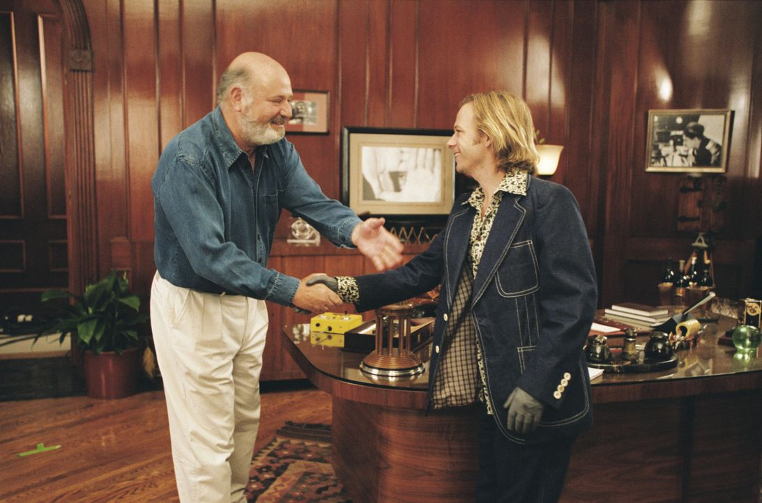 Mit einem listigen Einfall gelingt es Dickie (David Spade, r.), einen Termin bei dem bekannten Regisseur Rob Reiner (Rob Reiner, l.) zum Vorsprechen... - Bildquelle: Mark Fellman Paramount Pictures