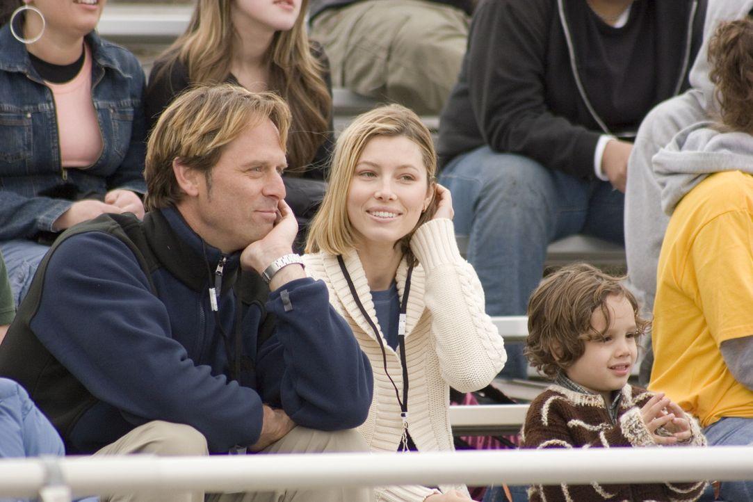 Nur sehr langsam gelingt es Vanessa Price (Jessica Biel, r.), sich anderen Menschen wieder zu öffnen und auch Carys (Jeff Nordling, l.) Liebe anzun... - Bildquelle: Nu Image