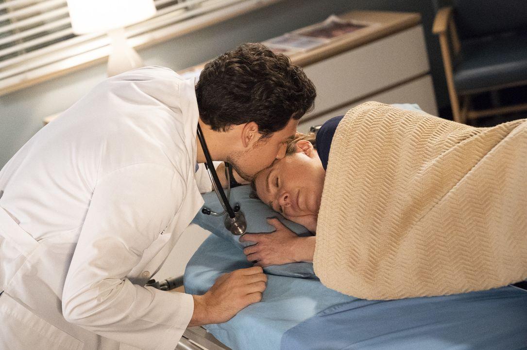 Dr. Andrew DeLuca (Giacomo Gianniotti, l.); Dr. Meredith Grey (Ellen Pompeo, r.) - Bildquelle: Mitch Haaseth ABC Studios