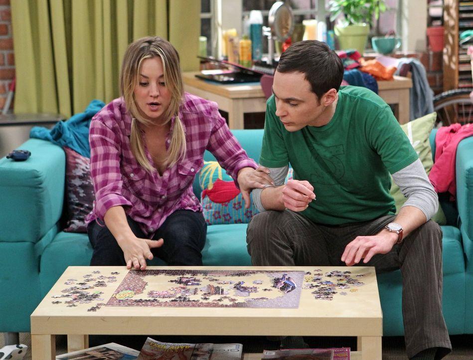 Geraten während der Schnitzeljagd aneinander: Penny (Kaley Cuoco, l.) und Sheldon (Jim Parsons, r.) ... - Bildquelle: Warner Brothers