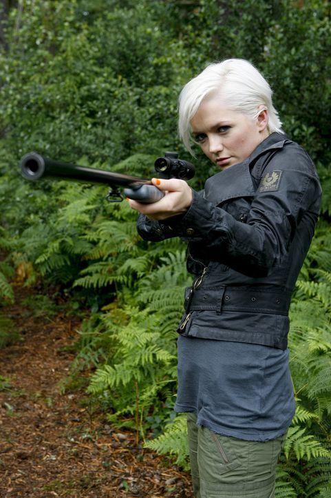 Abby (Hannah Spearritt) versucht Cutter vor dem Säbelzahntiger zu retten ... - Bildquelle: ITV Plc