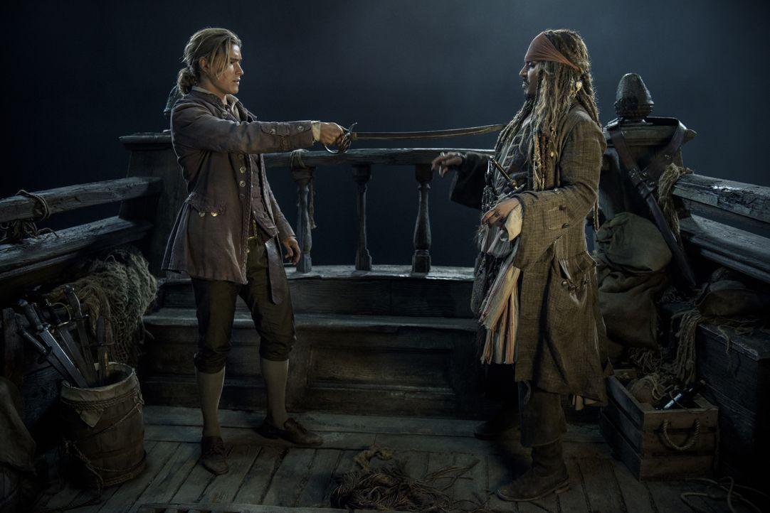 Henry Turner (Brenton Thwaites, l.); Captain Jack Sparrow (Johnny Depp, r.) - Bildquelle: Peter Mountain Disney Enterprises, Inc. All Rights Reserved. / Peter Mountain