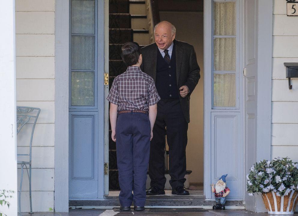 Sheldon Cooper (Iain Armitage, l.); Dr. John Sturgis (Wallace Shawn, r.) - Bildquelle: Darren Michaels 2018 WBEI. All rights reserved. / Darren Michaels